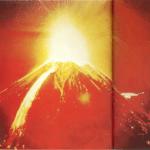 Una montaña con un agujero en medio
